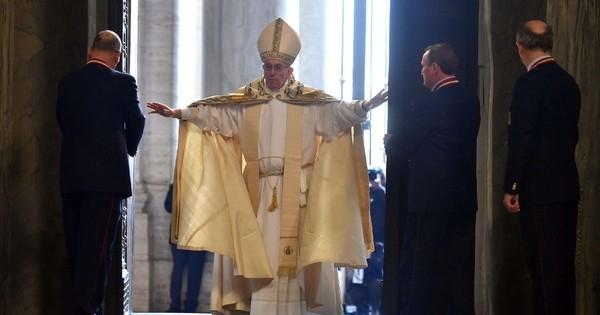 Papa Francesco apre la Porta Santa. Il testo dell'Omelia