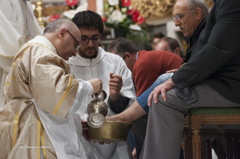 2 aprile 2015 – La lavanda dei piedi durante la Messa in Coena Domini presieduta nella Basilica di Sant'Alfonso di Pagani.
