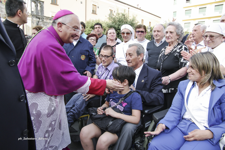 4 giugno 2011 – L'ingresso in Diocesi. Dopo la visita agli ammalati dell'ospedale Umberto I, l'incontro in piazza Diaz a Nocera Inferiore.