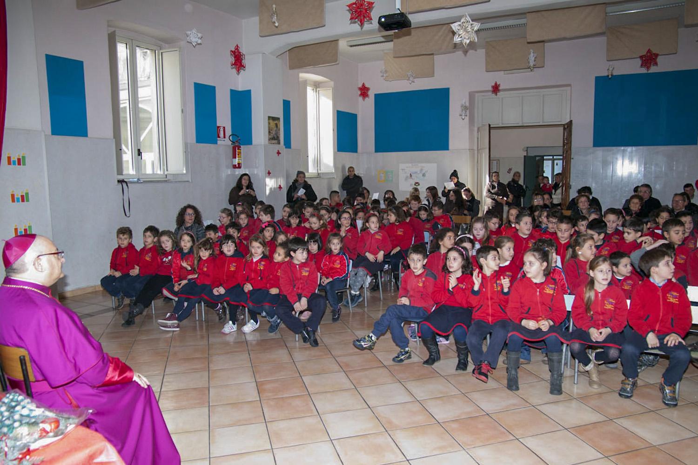 """Natale 2013 – Il Vescovo consegna la sua Lettera di Natale ai giovani nella Scuola Primaria e dell'Infanzia. """"Materdomini"""" - Roccapiemonte"""