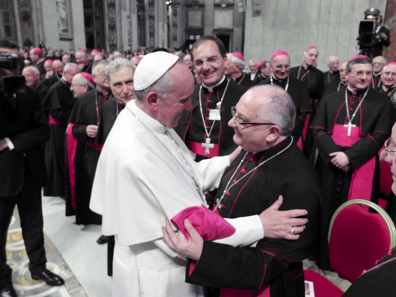 23 maggio 2013 – Il primo abbraccio tra Papa Francesco e il Vescovo Giuseppe, al termine dell'Assemblea generale della CEI.