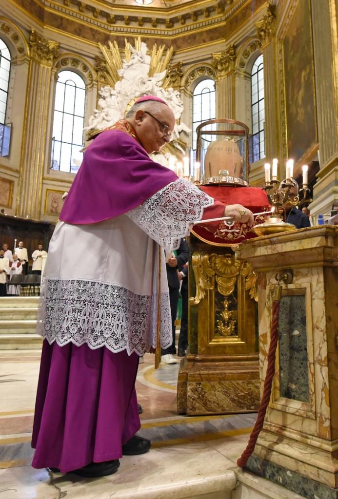 Vescovo accende la lampada