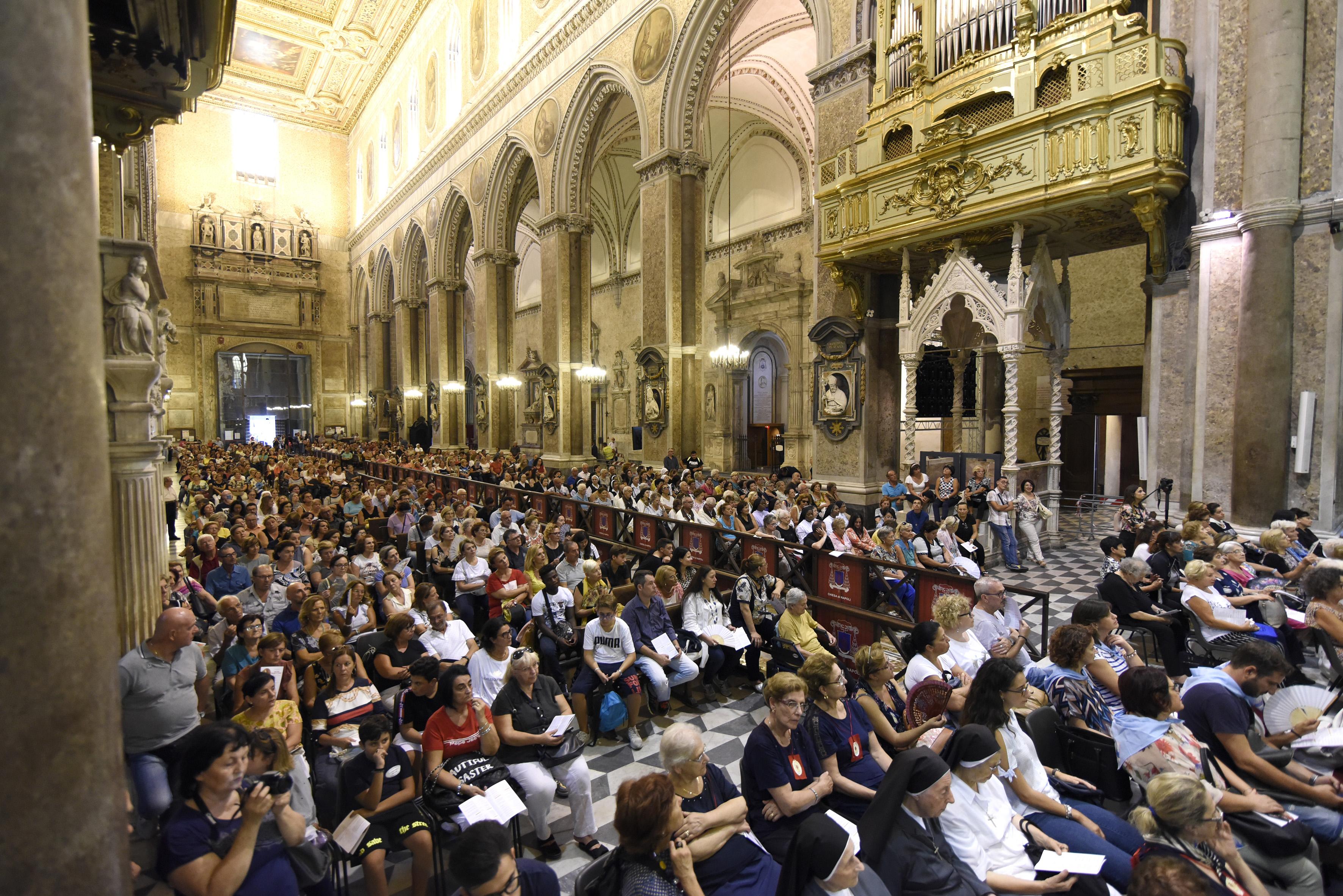 I pellegrini all'interno della Cattedrale di Napoli